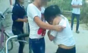 Nhóm nữ sinh lột áo bạn ngay trước cổng trường