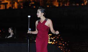 Diva Mỹ Linh lênh đênh hát trên thuyền