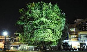 Tượng cây 3D khổng lồ sừng sững trong đêm