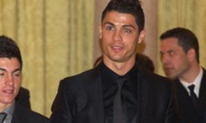 Clip Ronaldo phi tang bã kẹo vào... túi quần