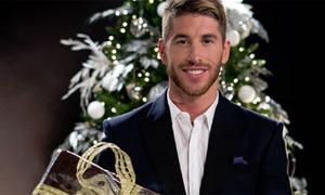 Sao Real bảnh trai ngời ngời ôm quà Giáng sinh