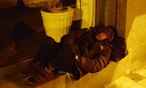 Người vô gia cư co ro giữa rét buốt Hà Nội