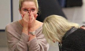 'Siêu WAGs khoe ngực' khóc bù lu bù loa ở sân bay