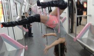 Thiếu nữ múa cột sexy trên tàu điện