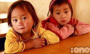 Trẻ em vùng cao phong phanh trong giá rét