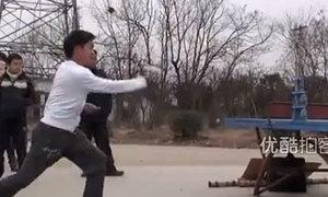 Ninja phi quân bài chém đứt lon nước