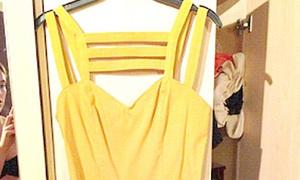 Thiếu nữ xinh đẹp vô tình khoe thân khi chụp hình bán váy