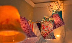 Chế dây đèn trang trí hoa văn cùng cốc nhựa