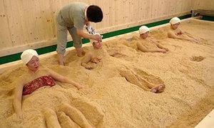 Thiếu nữ Nhật vùi mình trong mùn cưa để làm đẹp