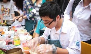 Boys Chuyên Ngữ trổ tài nấu ăn cực 'đảm đang'