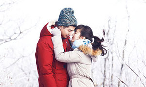 Nụ hôn nhạy cảm của Song Hye Kyo gây tranh cãi
