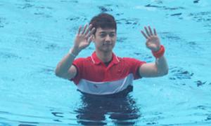 Min Ho SHINee liên tục vẫy tay chào fan ở bể bơi