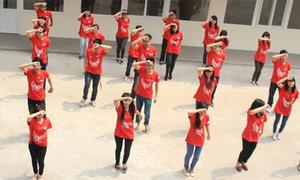 Các 'chiến binh' Ngoại thương nhảy flashmob cổ vũ VUG