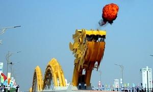 Teen Đà Nẵng phấn khích đón 'rồng thép lớn nhất thế giới'