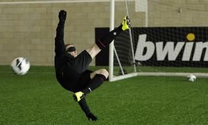 Huyền thoại MU thách thức Rooney đá bóng bịt mắt