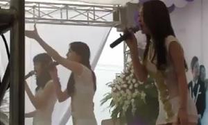 Ba thiếu nữ nhảy sexy, khoe nội y trong đám cưới