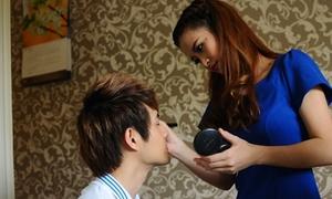 Đông Nhi tự tay make-up cho người yêu
