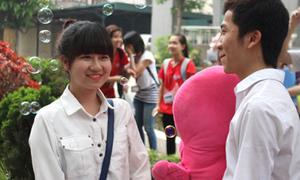 Màn tỏ tình giữa sân trường của sinh viên Ngoại Thương