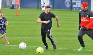 Ba con trai Becks tập luyện ở PSG
