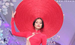 Trương Thị May đội khăn đóng khổng lồ diễn catwalk