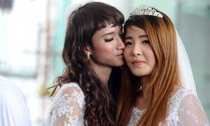 10 cặp đồng tính rủ nhau cưới thử