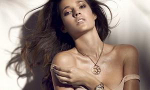 Siêu mẫu Tây Ban Nha phanh ngực khoe đồng hồ