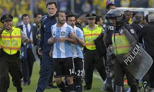 Mascherano nhận thẻ đỏ vì đạp nhân viên y tế