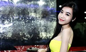 Elly Trần khoe ngực căng tràn