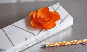 Trang trí hộp quà với bông hoa giấy to sụ