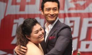 Fan nữ mặc váy cưới cầu hôn Huỳnh Hiểu Minh