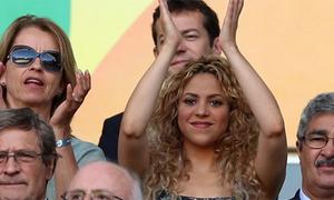 Shakira tươi rói trên khán đài cổ vũ Pique