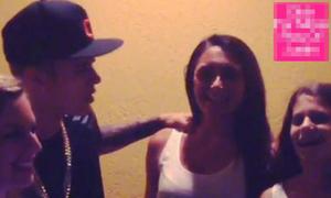 Clip Justin Bieber xoa vai tán tỉnh gái lạ