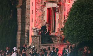 Avril Lavigne mặc váy đen trong lễ cưới