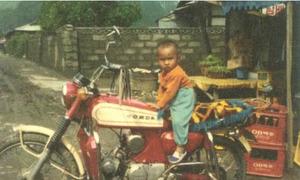 Ảnh Won Bin hồi nhỏ mũm mĩm 'cưỡi' xe máy cực ngầu