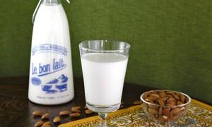 Bổ sung vitamin với 1 cốc nước hạnh nhân