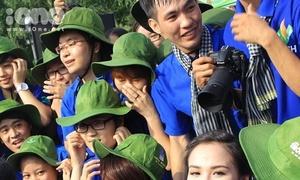 Diễm Hương ra quân cùng hàng nghìn chiến sĩ áo xanh