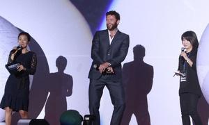 'Người Sói' nhảy 'Gangnam Style', bế bổng fan nữ