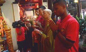 Sao Arsenal vào chùa Trấn Quốc bái Phật