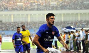 Sao Arsenal cởi áo, lột quần tặng fan Việt