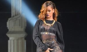 Rihanna văng tục vì bị fan ném khoai tây chiên