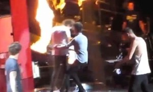 Zayn cứu Harry (One Direction) khỏi đâm đầu vào lửa