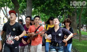 Teens Hà Thành hào hứng ôm đàn hát du ca