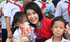 Diễm Trang hướng dẫn các em nhỏ giữ 'tay sạch tay xinh'