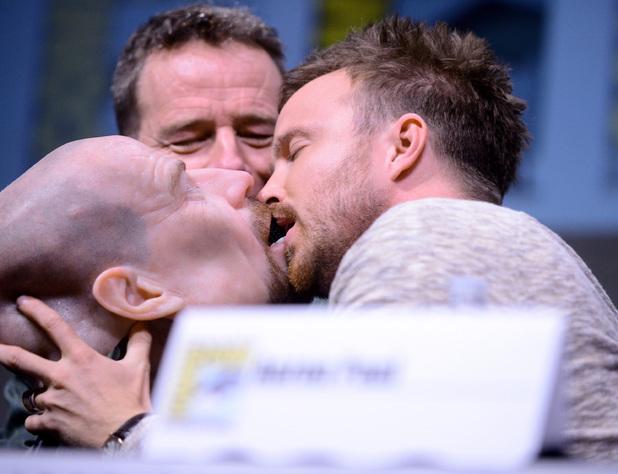 <p> Hai diễn viên Bryan Cranston và Aaron Paul đã gây sốc khi cùng nhau hôn chiếc mặt nạ có hình đầu của nhân vật Walter White trong series truyền hình <em>Breaking Bad</em> mà hai diễn viên này góp mặt. Hành động này được nhiều người đánh giá là phản cảm.</p>