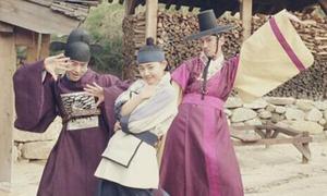 Moon Geun Young nghịch ngợm trên phim trường Jung Yi