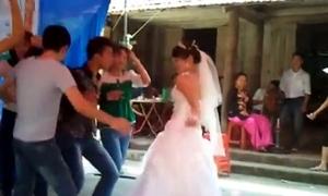 Cô dâu 'lắc' nhạc sàn cực sung ở đám cưới quê