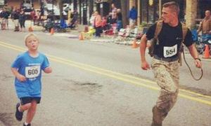 Ảnh gây 'bão': Anh lính chấp nhận thua cuộc giúp bé 9 tuổi