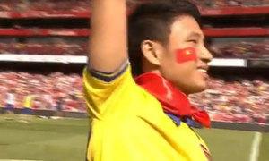'Running man' khoác cờ Việt Nam chạy quanh sân Emirates