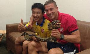 Podolski khoe quà độc của 'Running man'