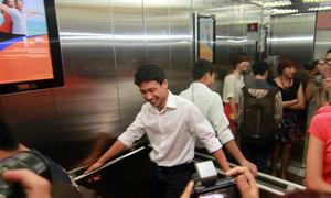 'Running man' ngại ngùng nép mình trong thang máy